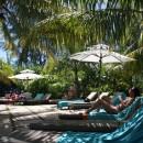 Takhle relaxujeme u hotelového bazénu