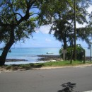 Výhled přes silnici od hotelu na moře