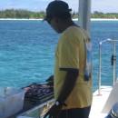 Posádka katamaranu připravuje obídek