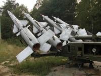 Vojenská technika u památníku